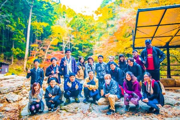紅葉の中のハイキング